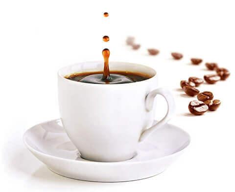 Schwarzer Kaffee mit Kaffeebohnen