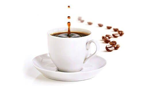 Kaffee schwarz mit Bohnen